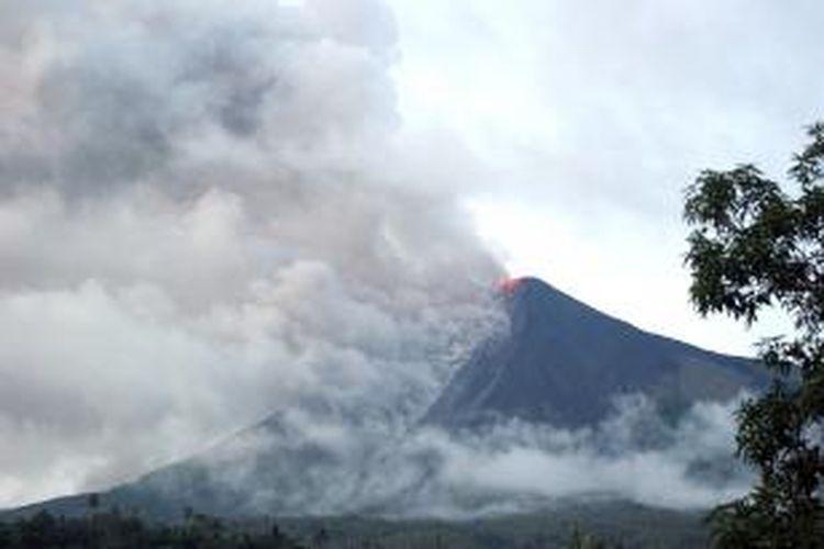 Gunung Api Karangetang di Pulau Siau, Kabupaten Sitaro, Sulawesi Utara sewaktu meletus pada tahun 2010 lalu.