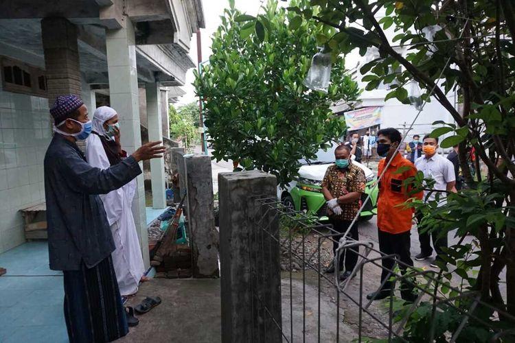 DIHADANG?Kedua orang tua orang seorang santri positif corona menghadang Bupati Madiun, Ahmad Dawami yang hendak menjemput paksa anaknya untuk diisolasi di rumah sakit, Kamis (14/5/2020).