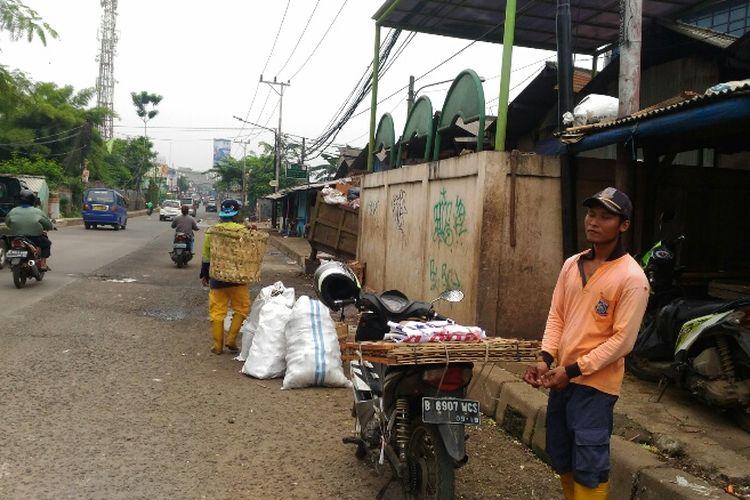 Keberadaan tempat pembuangan sampah (TPS) sementara membuat jalan di sekitar Pasar Cimanggis, Ciputat, Tangsel diselimuti bau tak sedap. Foto diambil Kamis (22/2/2018).