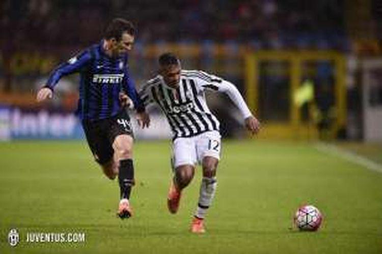 Bek sayap Juventus, Alex Sandro (kanan), mendapatkan penjagaan dari pemain Internazionale Milan, Ivan Perisic, pada laga semifinal kedua Coppa Italia di Stadion Giuseppe Meazza, Rabu (2/3/2016) waktu setempat.