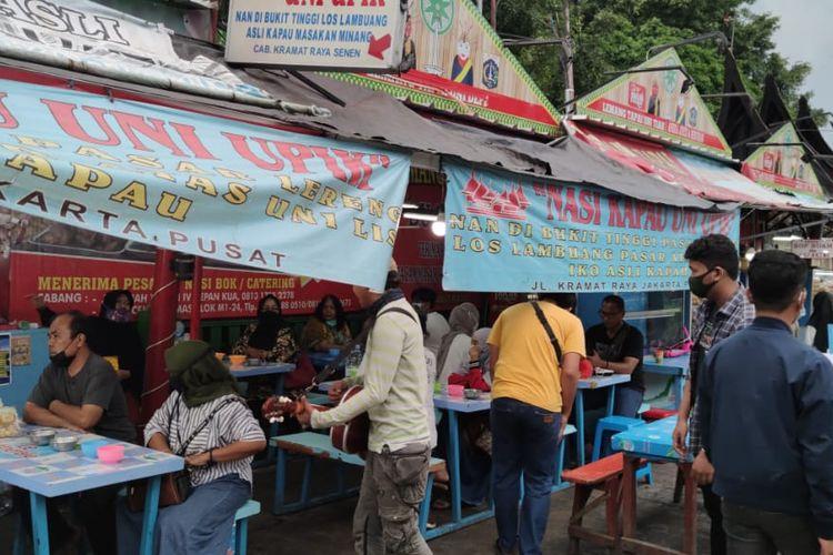 Sentra kuliner Nasi Kapau di Jalan Kramat Raya, Senen, Jakarta Pusat, ramai dikunjungi pembeli menjelang buka puasa hari pertama, Selasa (13/4/2021).