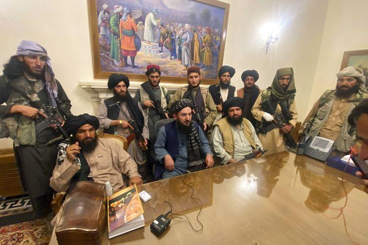 Para milisi Taliban menguasai istana kepresidenan Afghanistan setelah Presiden Afghanistan Ashraf Ghani melarikan diri dari negara itu, di Kabul, Afghanistan, Minggu (15/8/2021)