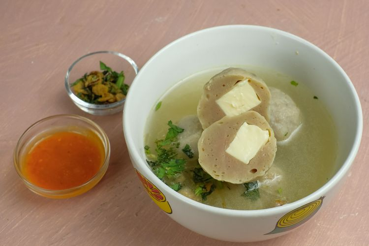 Ilustrasi bakso daging sapi isi keju cheddar lengkah dengan kuah kaldu sapi.