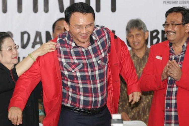 Basuki Tjahaja Purnama (Ahok) dan Djarot Saiful Hidayat diantar Ibu Megawati Soekarnoputri saat mendaftar di KPU DKI Jakarta, Rabu (21/9/2016). Sejumlah perwakilan partai mulai mendaftarkan Cagub dan Cawagub DKI Jakarta, jelang pilkada 2017  mendatang.