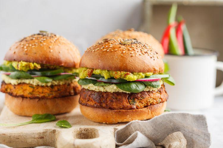 Ilustrasi burger vegan dengan ubi dan biji-bijian