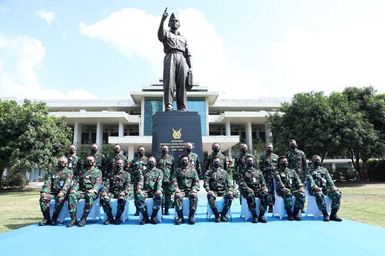 Panglima TNI Marsekal TNI Hadi Tjahjanto meresmikan Monumen Marsda TNI Anumerta Abdulrahman Saleh yang berada di Wisma Aldiron bekas Markas Besar Angkatan Udara (Mabesau), Pancoran, Jakarta Selatan, Jumat (9/4/2021).