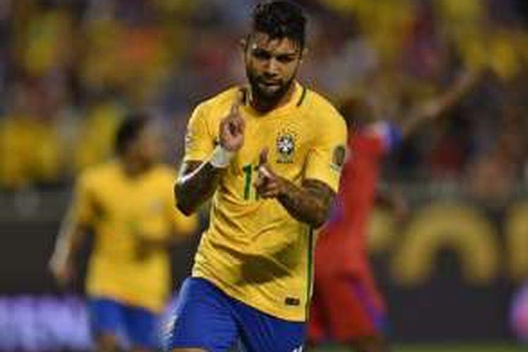 Striker muda Brasil, Gabriel Barbosa, merayakan gol ke gawang Haiti pada laga Grup B Copa America Centenario, Rabu (8/6/2016).