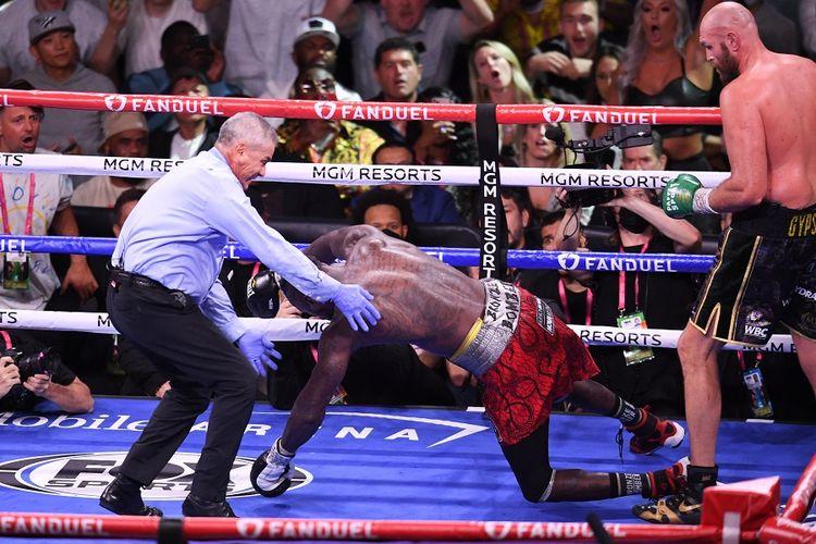 Hasil <a href='https://manado.tribunnews.com/tag/tyson-fury-vs-deontay-wilder' title='TysonFuryvsDeontayWilder'>TysonFuryvsDeontayWilder</a>: juara kelas berat WBC <a href='https://manado.tribunnews.com/tag/tyson-fury' title='TysonFury'>TysonFury</a> (Inggris) mengalahkan petinju AS <a href='https://manado.tribunnews.com/tag/deontay-wilder' title='DeontayWilder'>DeontayWilder</a> pada ronde ke-11 dalam perebutan gelar kelas berat WBC/Lineal di T-Mobile Arena di Las Vegas, Nevada, 10 Oktober 2021.