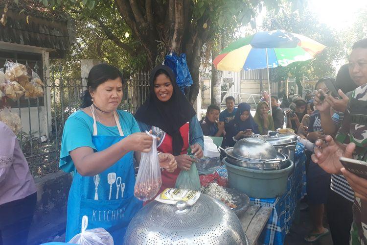 Penjual rujak cingur seharga Rp 60.000, Marmilla atau Mella (43) sedang melayani pembeli yang sudah antre di lapak dagangannya di Jalan Wiguna Timur, Kelurahan Gunung Anyar, Kecamatan Rungkut, Surabaya, Jawa Timur, Senin (24/6/2019).