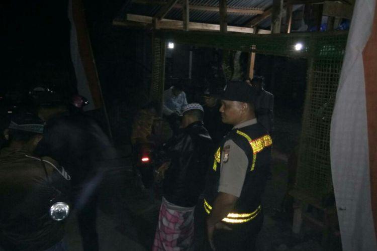 Aparat kepolisian di Kabupaten Gowa, Sulawesi Selatan melakukan penjagaan pasca penemuan jasad warga setempat di dasar jurang. Sabtu, (29/7/2017).