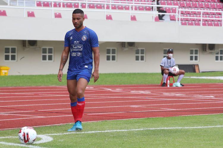 Pemain Arema FC, Bruno Smith, bersiap mengambil sepak pojok pada laga pembuka Piala Menpora 2021 antara Arema FC dan Tira Persikabo di Stadion Manahan, Solo, pada Minggu (21/3/2021).