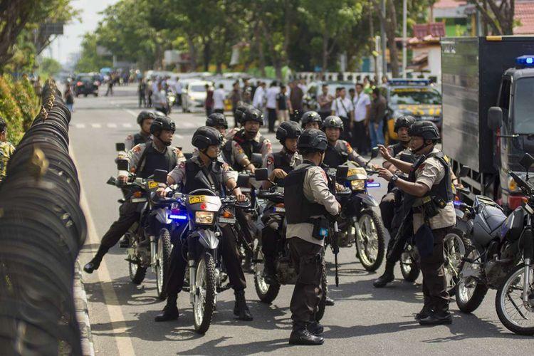 Sejumlah petugas kepolisian bersiaga pascapenyerangan di Mapolda Riau, Pekanbaru, Riau, Rabu (16/5/2018). Mapolda Riau diserang terduga teroris pada Rabu pagi sekitar pukul 09.05 WIB menyebabkan 4 orang menjadi korban, satu polisi tewas dan 3 orang lainnya luka-luka, termasuk jurnalis.