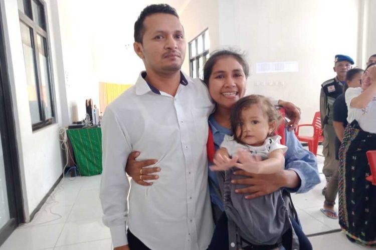 Foto :Heribertus Martinus Moskati pose bersama isterinya,Fransiska Dalima di halaman kantor Bupati Manggarai Timur, Selasa (4/2/2020).