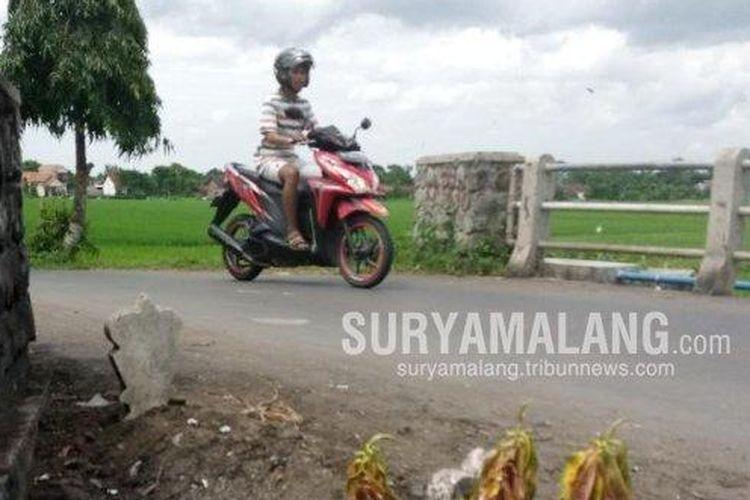 Sebuah makam misterius di tepi jalan Desa Ngranti, Kecamatan Boyolangu, Tulugagung, yang membuat geger warga sekitar.