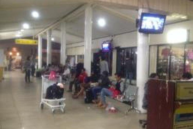 Sejumlah penumpang dari pesawat Garuda dan Lion masih menunggu kedatangan pesawat dari Jakarta dan Surabaya, Rabu (1/10) di Bandara Tjilik Riwut,Palangkaraya, Kalteng. Sepanjang hari belum ada pesawat yang bisa mendarat karena jarak pandang akibat kabut asap hanya berkisar 300-800 meter.