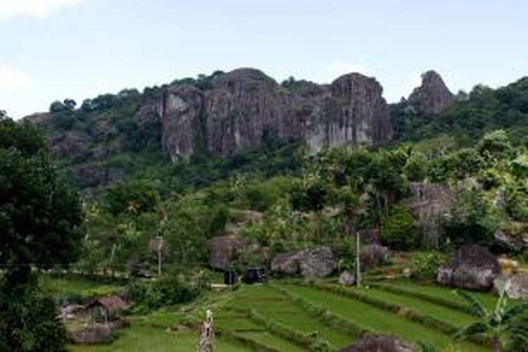 Batu-batu raksasa yang membentuk dinding khas di kawasan wisata Gunung Api Purba Nglanggeran, Gunungkidul, DI Yogyakarta.