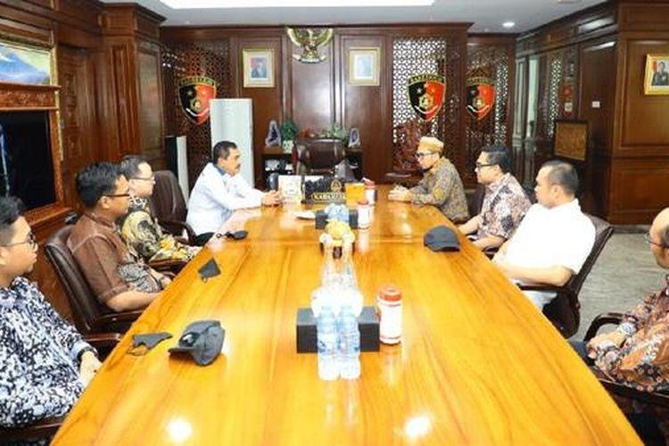 Ustaz Adi Hidayat (UAH) datang ke Mabes Polri, Jakarta, bertemu dengan Kepala Badan Reserse Kriminal (Kabareskrim) Polri Komjen Pol Agus Andrianto, Jumat (11/6/2021).