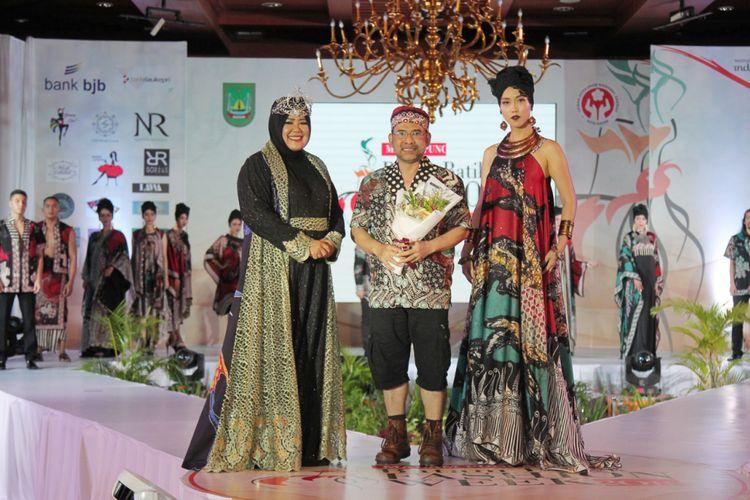 Ketua Deskranasda Kota Batam Marlina Agustina Rudi memperkenalkan Batik khas batam yakni Batik Ikan Marlin, Sabtu (8/9/2018).