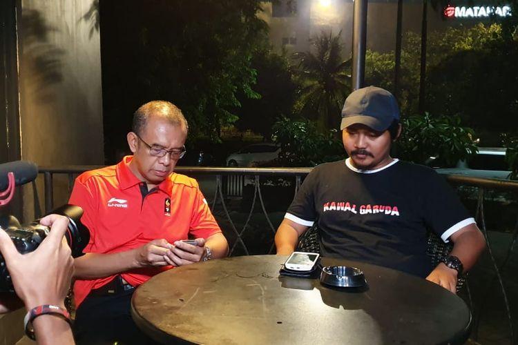 Sesmenpora, Gatot S. Dewa Broto, bersama Fuad, korban pengeroyokan suporter Malaysia.