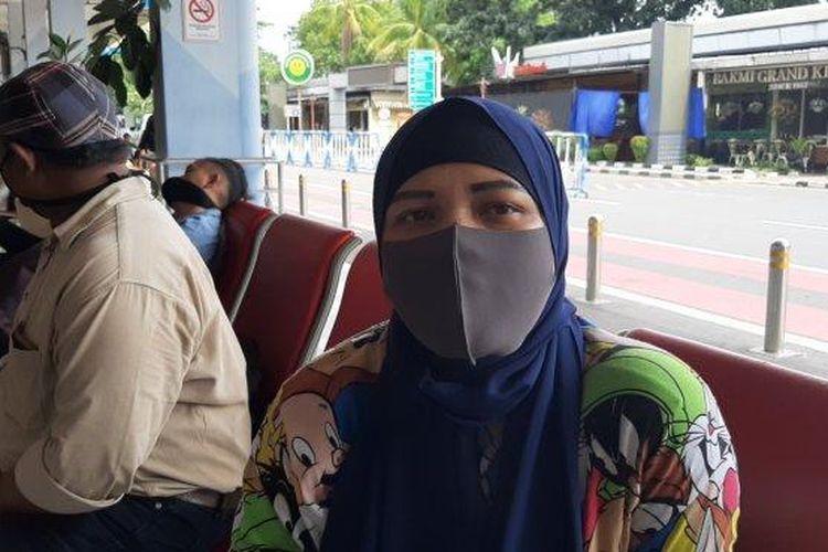 Yani, calon penumpang di Bandara Halim Perdanakusuma, Makasar, Jakarta Timur, Jumat (24/4/2020)