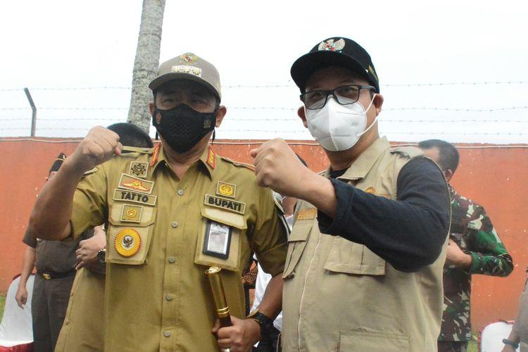 Bupati Cilacap Tatto Suwarto Pamuji dan Bupati Banyumas Achmad Husein bertemu di gudang Bulog Cindaga, Kecamatan Kebasen, Kabupaten Banyumas, Jawa Tengah, Jumat (9/7/2021).