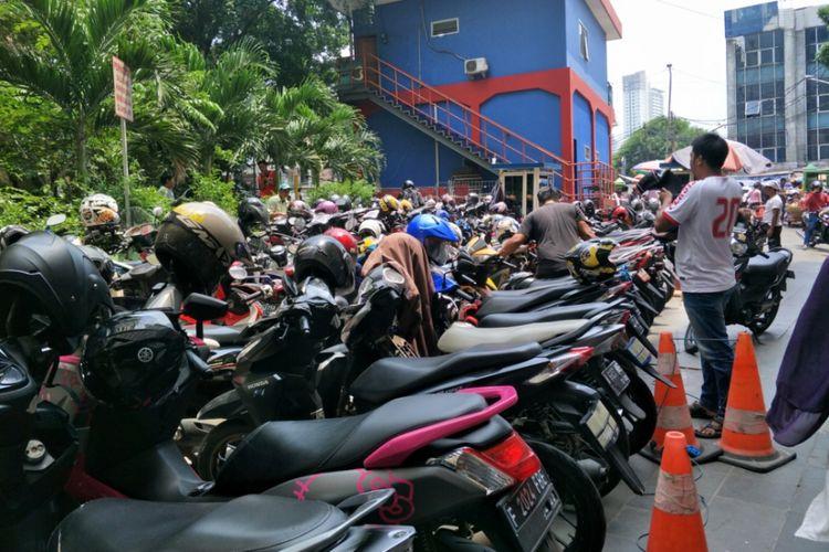Area parkir Blok F Pasar Tanah Abang,  Jakarta Pusat,  Senin (30/10/2017).