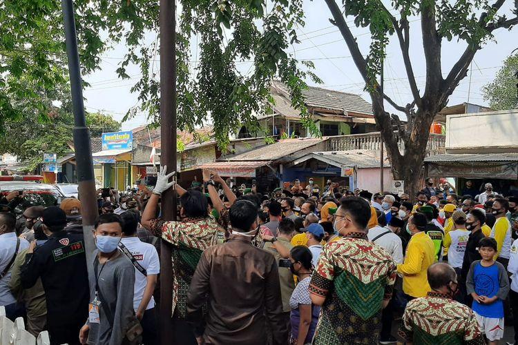 Kerumunan massa pendukung pasangan calon Bupati dan Wakil Bupati Serang Ratu Tatu Chasanah-Pandji Tirtayasa di depan gedung KPU Serang