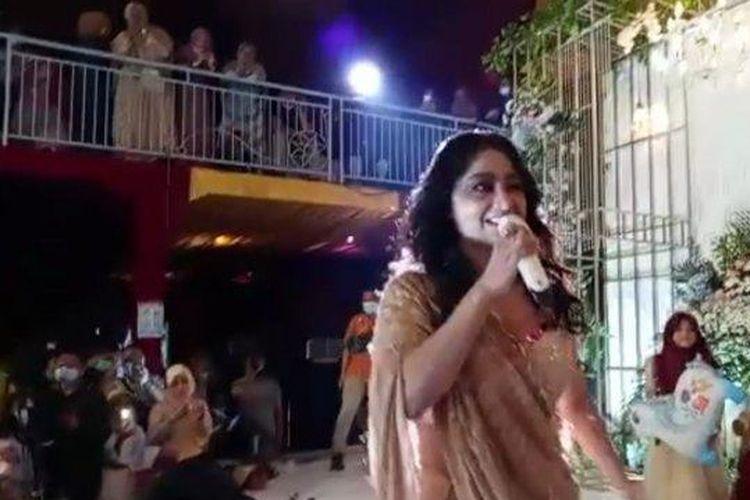Tangkapan layar aksi Dewi Perssik saat tampil di sebuah hajatan di Kudus, Sabtu (23/5/2021). Acara ini diduga melanggar protokol kesehatan.