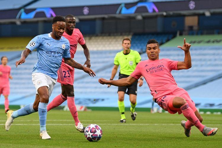 Gelandang Manchester City Raheem Sterling (kiri) dan Casemiro (kanan) dalam pertandingan leg kedua babak 16 besar Liga Champions antara Man City dan Real Madrid di Stadion Etihad, Sabtu (8/8/2020) dini hari WIB.