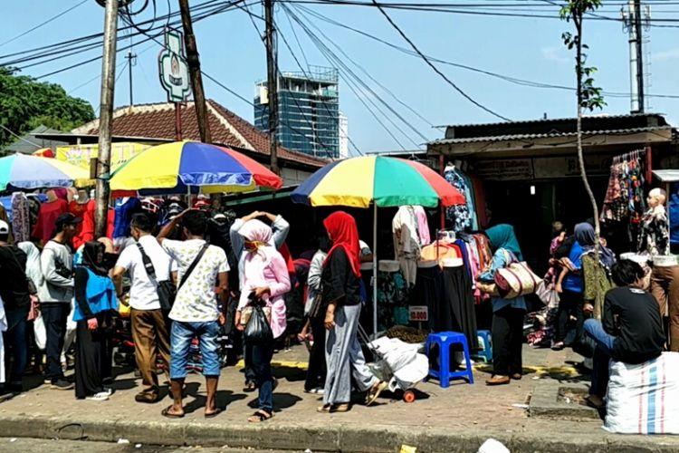 Pedagang kaki lima (PKL) mengokupasi jalur pedestrian di Pasar Tanah Abang, Jakarta Pusat, Senin (30/10/2017).