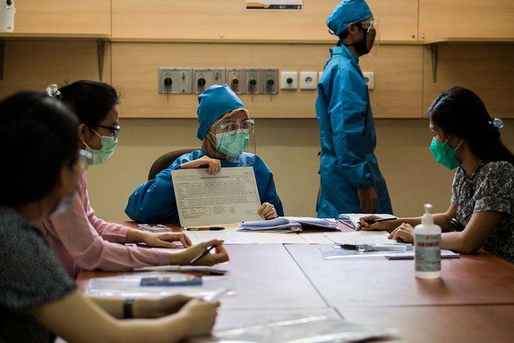Petugas kesehatan memberikan pengarahan dan evaluasi kepada relawan saat simulasi uji klinis calon vaksin Covid-19 di Fakultas Kedokteran Universitas Padjadjaran, Bandung, Jawa Barat, Kamis (6/8/2020). Simulasi tersebut dilakukan untuk melihat kesiapan tenaga medis dalam penanganan dan pengujian klinis tahap III calon vaksin Covid-19 produksi Sinovac kepada 1.620 relawan.