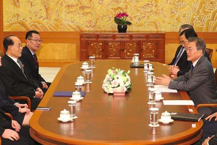 Utusan Khusus sekaligus adik Pemimpin Korea Utara Kim Jong Un, Kim Yo Jong (dua dari kiri), bersama Pemimpin Seremonial Kim Yong Nam (dua dari kanan) ketika bertemu Presiden Korea Selatan Moon Jae In (kanan, tengah) di Gedung Biru Sabtu (10/2/2018).