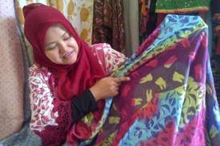 Pengrajin batik Tenny Hasyanti memperlihatkan batik motif gigi di work shop Batik Sukabumi di Jalan Goalpara nomor 3 Sukaraja, Sukabumi, Jawa Barat, Sabtu (9/4/2016).