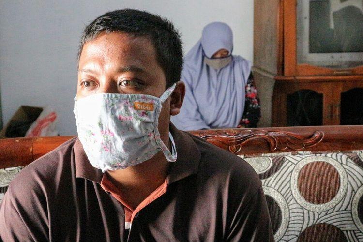 BK (29) bersama sejumlah kerabatnya saat ditemui di rumahnya, Kamis (6/8/2020). BK adala suami dari pasien yang menjalani persalinan tanpa bantuan tenaga medis di salah satu rumah sakit di Kabupaten Jombang, Jawa Timur.