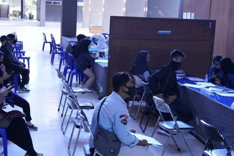Peserta UTBK di ITS mengantre ikut rapit test gratis.