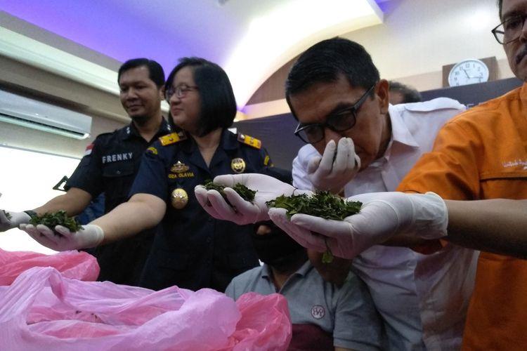 Kepala BNNP Sumut, Brigjend Pol Atrial mencium aroma daun khat yang dikirim dari Ethiopia. Sebanyak 16 kg daun khat diamankan KPPBC TMP B Kuala Namu pada 15 dan 17 Mei 2019.