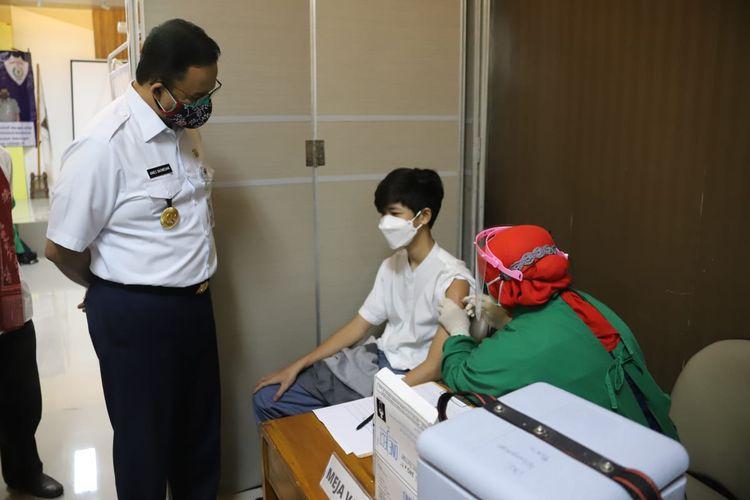 Gubernur DKI Jakarta, Anies Baswedan meninjau pelaksanaan vaksinasi untuk anak umur 12-17 tahun di wilayah Jakarta Selatan pada Jumat (2/7/2021) pagi.