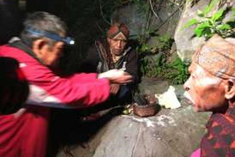 Upacara adat Pati Ka Ata Mbupu digelar di kaki Gunung Kelimutu, Flores, NTT. Upacara ini biasa dipimpin oleh dua Mosalaki (pemuka adat), bertujuan untuk mendatangkan berkah