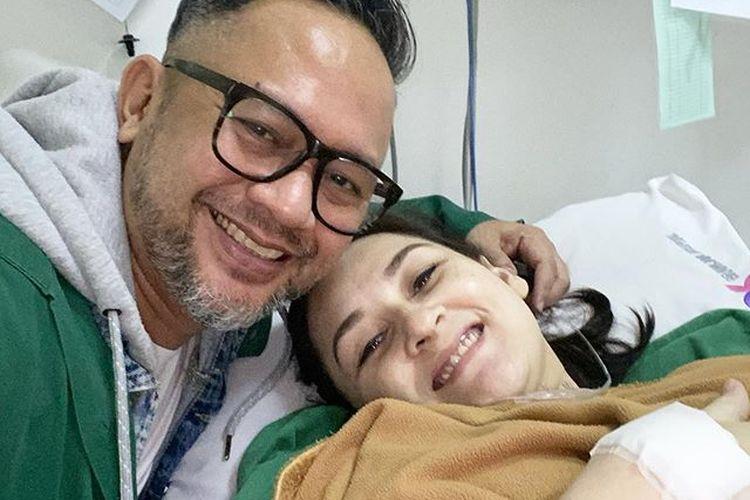 Indra Brasco mendampingi Mona Ratuliu yang baru melahirkan anak keempat mereka, Kamis (21/5/2020).