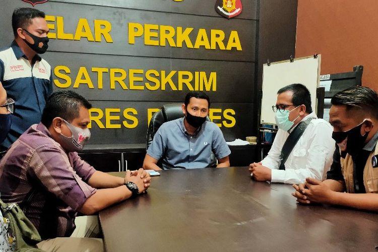 Kasat Reskrim Polres Brebes AKP Agus Supriadi didampingi jajarannya menerima kunjungan perwakilan wartawan dari eks Karesidenan Pekalongan yang datang memberikan suport penuntasan kasus pengeroyokan dua wartawan, di Mapolres Brebes Kamis (3/9/2020)