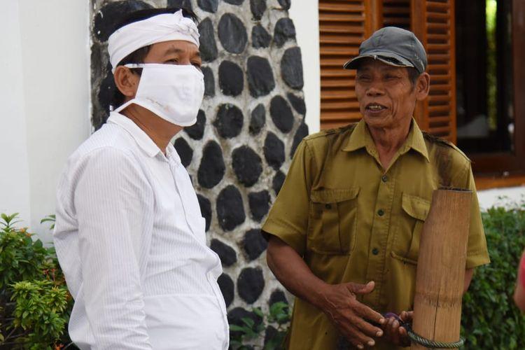 Wakil Ketua Komisi IV DPR Dedi Mulyadi saat berbincang dengan penjual lahang keliling di Purwakarta.