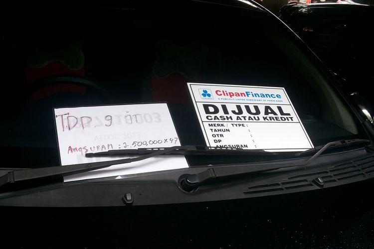 Salah satu unit mobil bekas yang ditawarkan bisa dibeli secara kredit di diler Ciliwung Motor, Kelapa Dua, Depok, Selasa (13/2/2018).