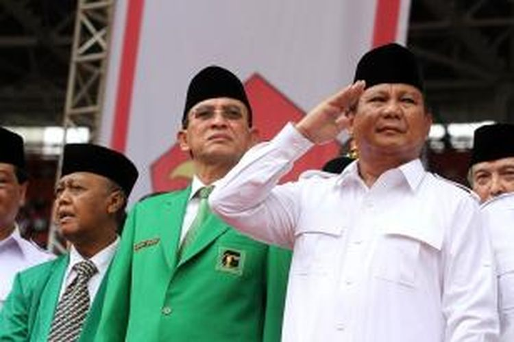 Ketua Dewan Pembina Partai Gerindra, Prabowo Subianto (kanan), bersama Ketua Partai Persatuan Pembangunan Suryadharma Ali (tengah), menghadiri kampanye Partai Gerindra di Stadion Utama Gelora Bung Karno, Minggu (23/3/2014).
