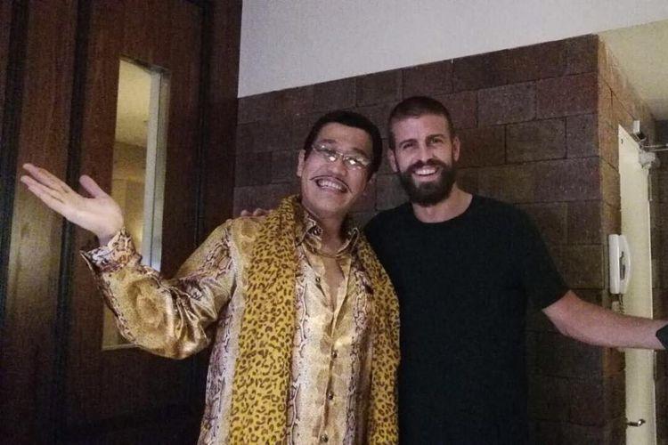 Bek Barcelona, Gerard Pique, dengan komedian asal Jepang, Pikotaro.