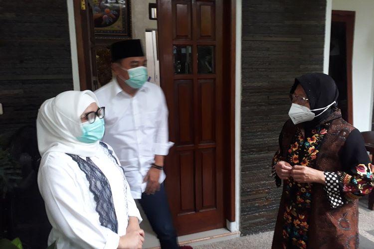 Calon Wali Kota Surabaya Nomor Urut 1 Eri Cahyadi mengunjungi kediaman Wali Kota Surabaya Tri Rismaharini untuk mrminta restu sebelum sebelum mencoblos di Perumahan Pondok Indah, Kelurahan Jajar Tunggal, Kecamatan Wiyung, Surabaya, Rabu (9/12/2020).