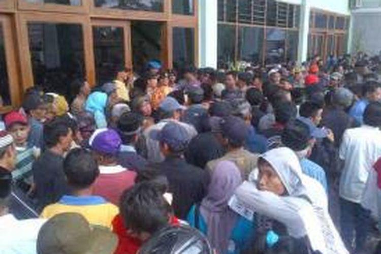 Ribuan warga desa di Kabupaten Soppeng, Sulawesi Selatan mengepung kantor Dewan Perwakilan Rakyat Daerah (DPRD) setempat menuntut pengembalian tapal batas hutan lindung. Senin, (19/08/2013).