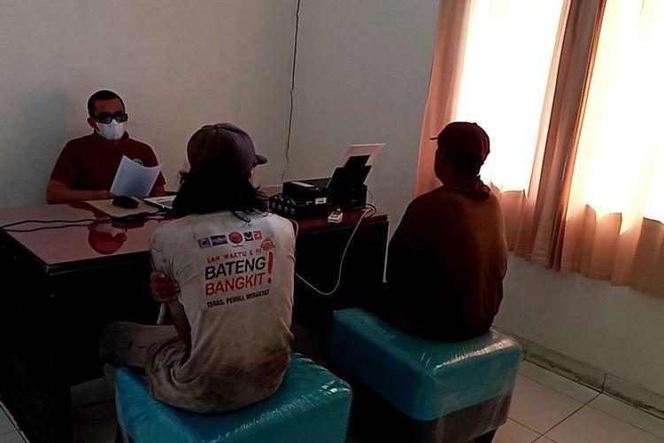 Dua pekerja ponton timah apung diperiksa di Pos Lanal TNI AL Pangkalbalam, Pangkalpinang, Minggu (25/4/2021).