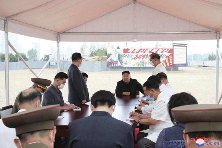 Dalam foto tak bertanggal yang diterbitkan pada 20 Juli 2020, terlihat Pemimpin Korea Utara Kim Jong Un mengunjungi lokasi konstruksi di Pyongyang.