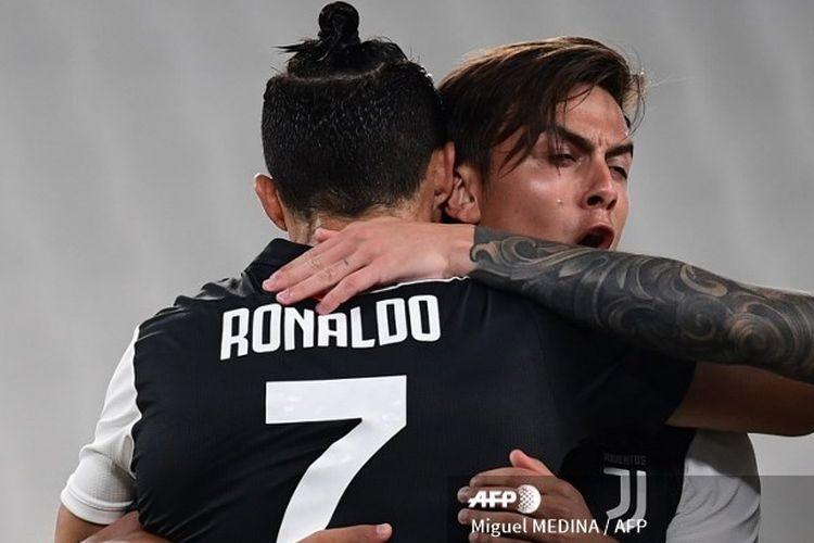 Cristiano Ronaldo memeluk Paulo Dybala usai Juventus berhasil menjebol gawang Lecce, Sabtu (27/6/2020) dini hari WIB.