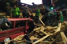 Rem Blong, Truk Bermuatan Kayu Tabrak Mobil Saat Lampu Merah di Salatiga, Dua Tewas